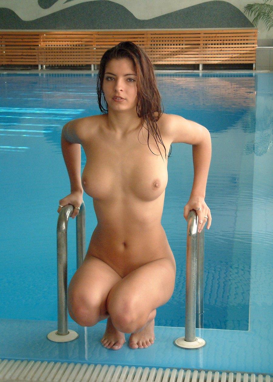 Frauen nackt am Pool
