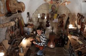 141204-ramallah-luthier